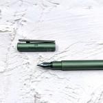 德國 Faber-Castell 輝柏 NEO 髮絲紋袖珍型 鋼筆 橄欖綠(146150/146151)